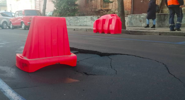 У Вінниці на Артинова прорвало водогін: вода зникла на кількох вулицях. ФОТО