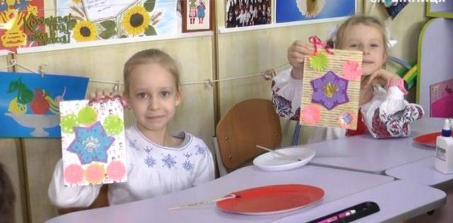 У Вінниці діти виготовили святкові листівки для військових у шпиталі. ВІДЕО