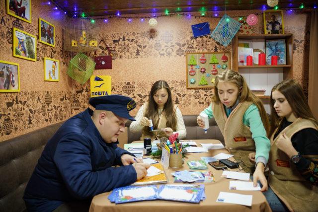 """З """"Новорічної пошти"""" вінничани надіслали дев'ять тисяч листів та вітальних листівок"""