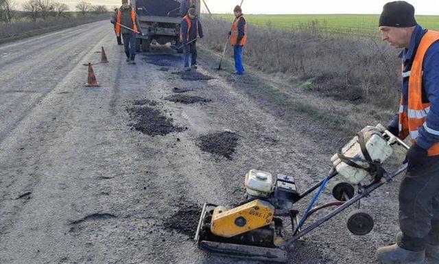 На Вінниччині почалися аварійні роботи з ліквідації ям на дорогах