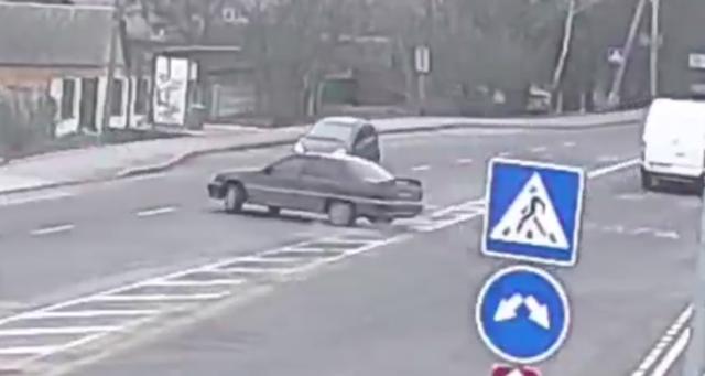 У Вінниці водій наїхав на зупинку громадського транспорту та перевернувся. ВІДЕО
