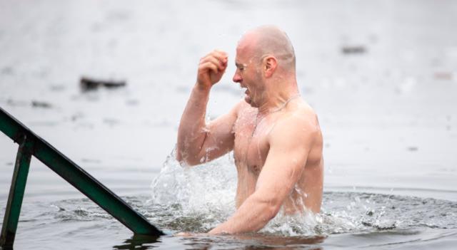 Погода не завадила: як у Вінниці купалися в крижаному озері на Водохреща. ФОТОРЕПОРТАЖ