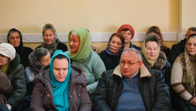 Десятки вірян прийшли до суду вимагати скасування електронного квитка у Вінниці. ФОТО, ВІДЕО