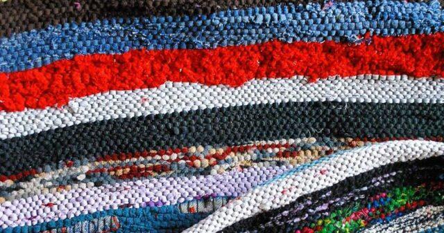 В селі на Вінниччині старий одяг будуть переробляти на килимки
