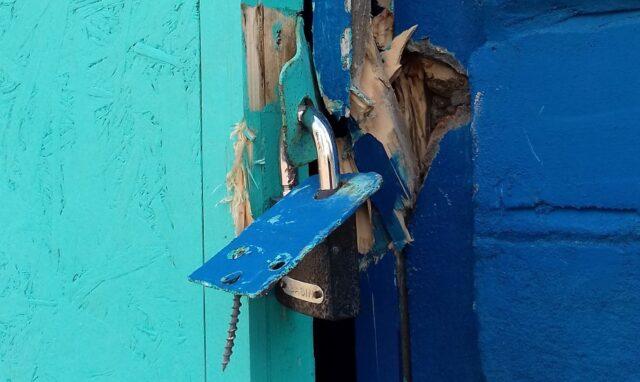 """Зламали двері та обікрали: екологічний """"Shuttle"""" у Вінниці тимчасово зупинив роботу. ФОТО"""