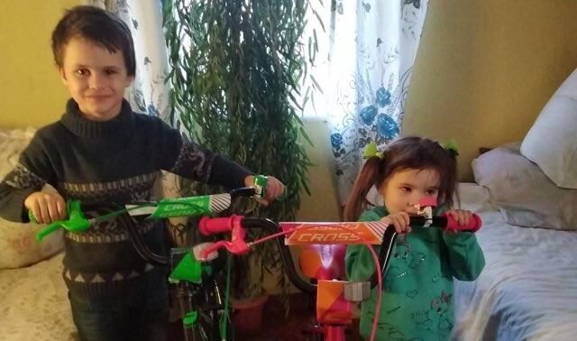 Хлопчику, якого минулого року побила мачуха, подарували омріяний велосипед. ФОТО