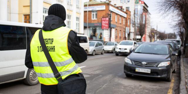 Інспектори з паркування у Вінниці поки не штрафуватимуть водіїв-порушників: перевіряють техніку