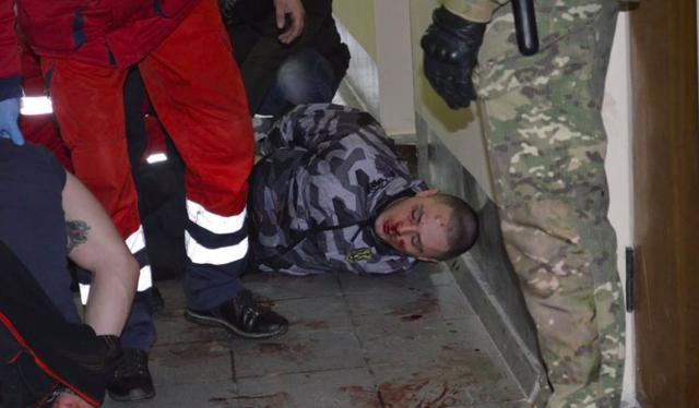 """У Жмеринці відбулися сутички між поліцією та """"Нацдружинами"""" під час сесії міськради. ФОТО"""