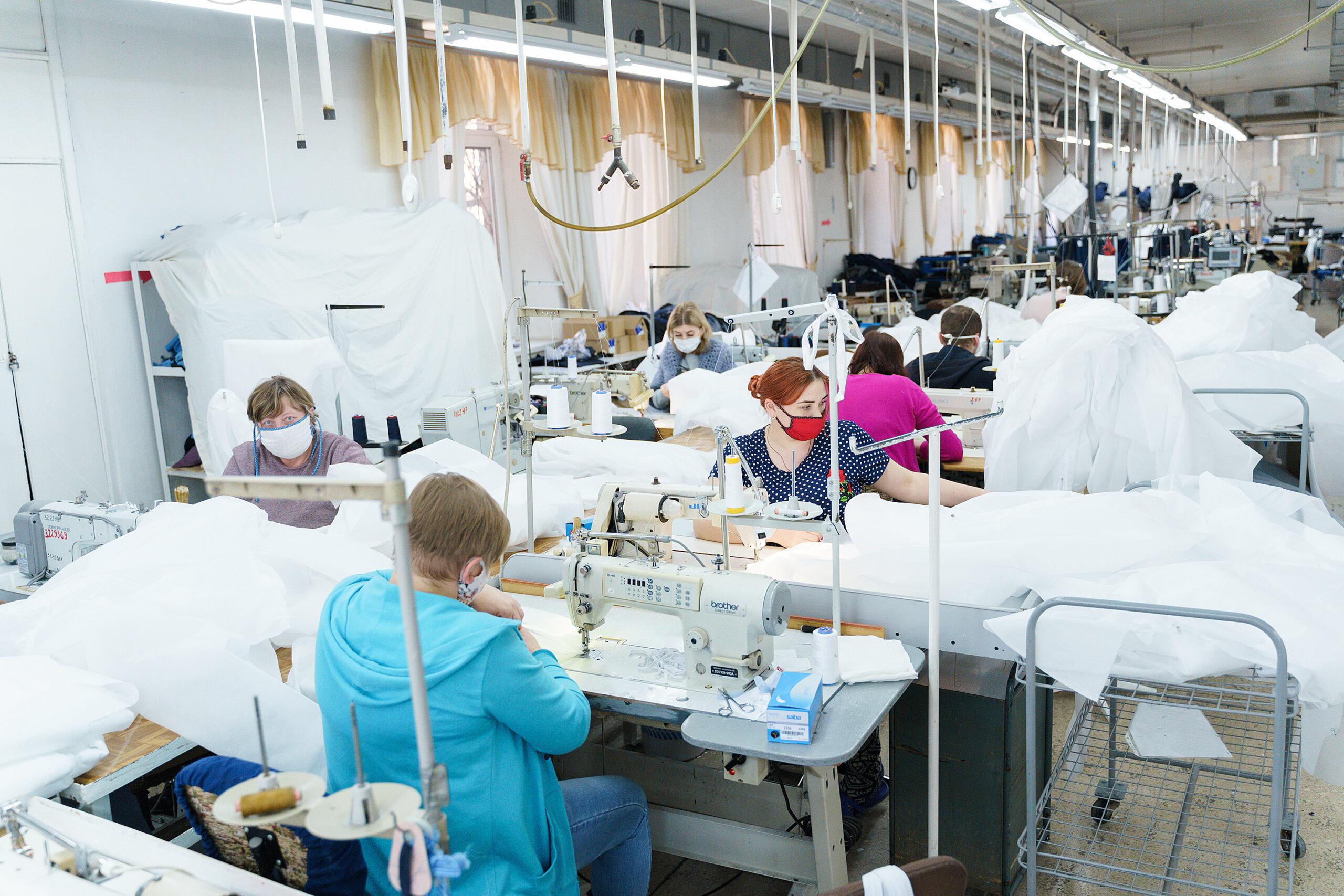 На двох вінницьких фабриках пошиють понад 17 тисяч захисних костюмів для медиків. ВІДЕО, фото-7