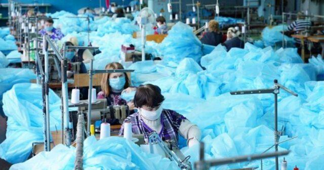 Вінницьким лікарням передали півтори тисячі захисних комбінезонів, пошитих у Вінниці. ФОТО