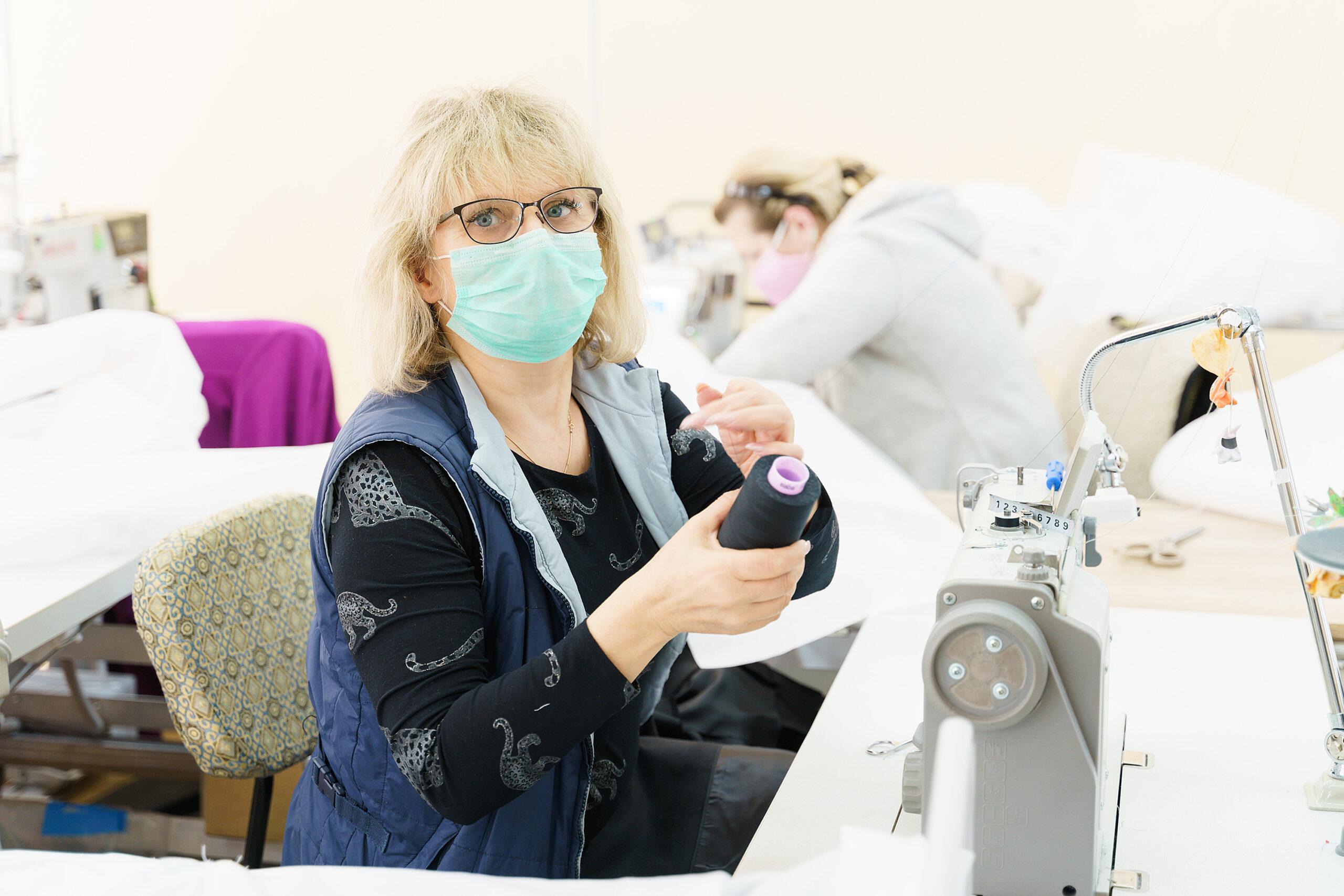 На двох вінницьких фабриках пошиють понад 17 тисяч захисних костюмів для медиків. ВІДЕО, фото-2