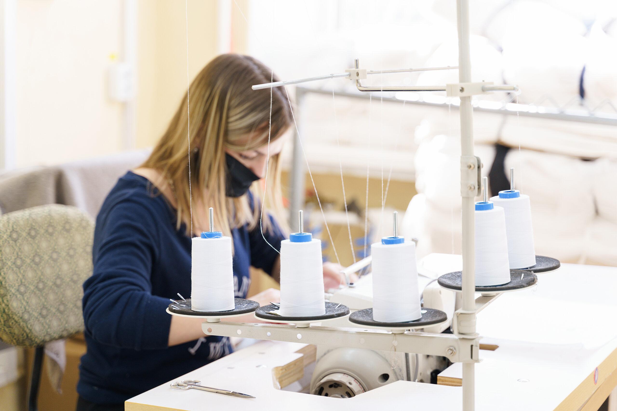 На двох вінницьких фабриках пошиють понад 17 тисяч захисних костюмів для медиків. ВІДЕО, фото-3