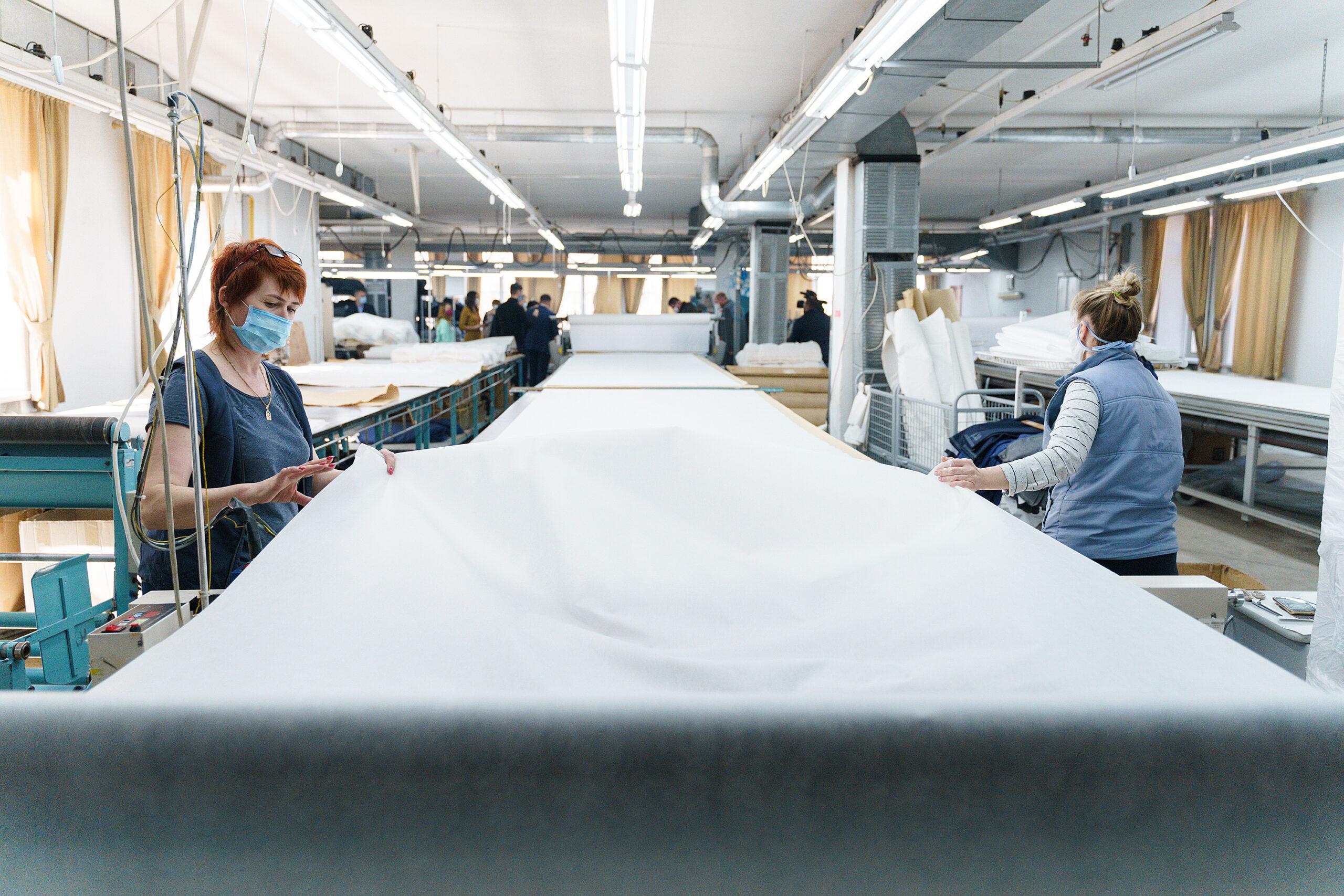 На двох вінницьких фабриках пошиють понад 17 тисяч захисних костюмів для медиків. ВІДЕО, фото-4