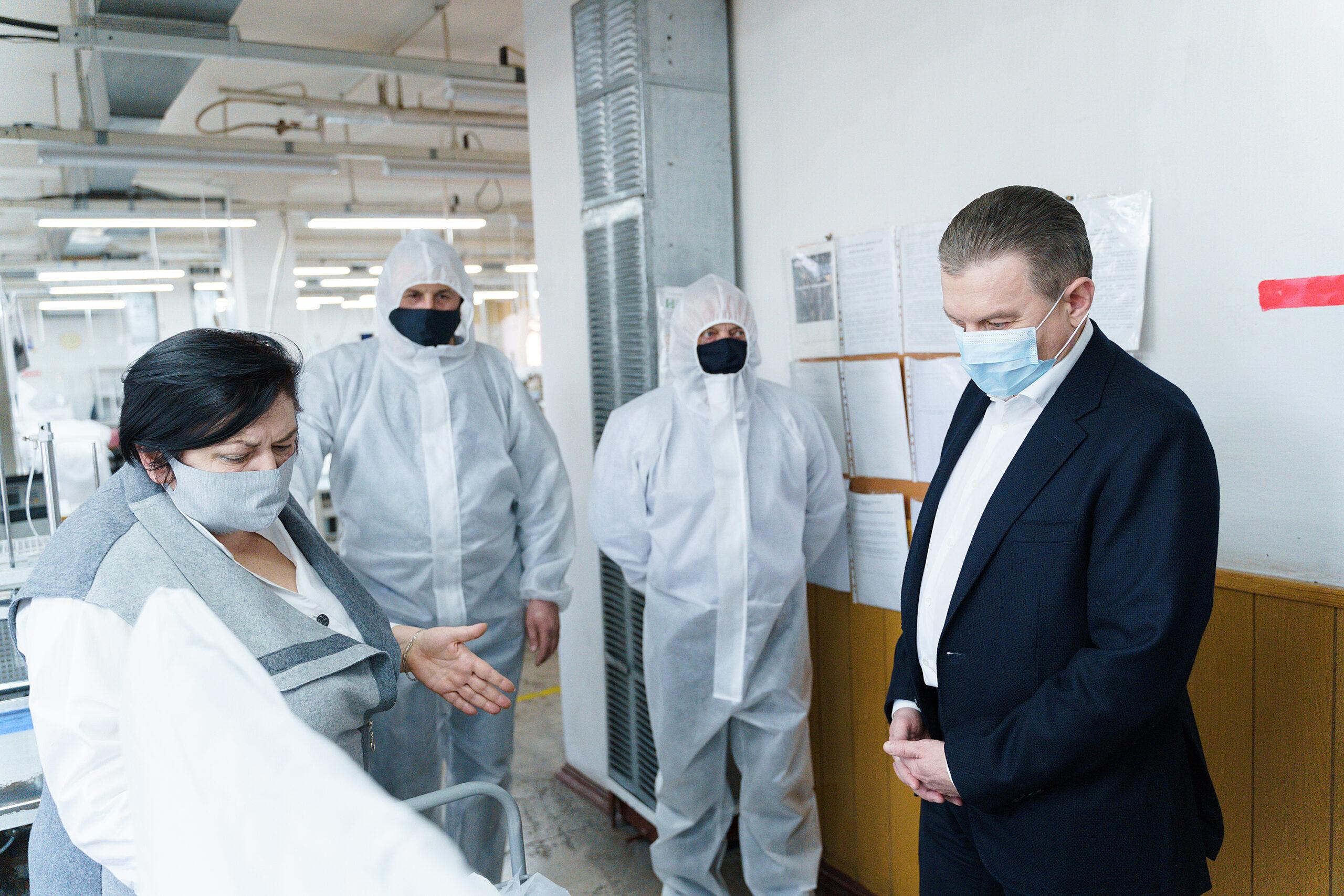 На двох вінницьких фабриках пошиють понад 17 тисяч захисних костюмів для медиків. ВІДЕО, фото-5