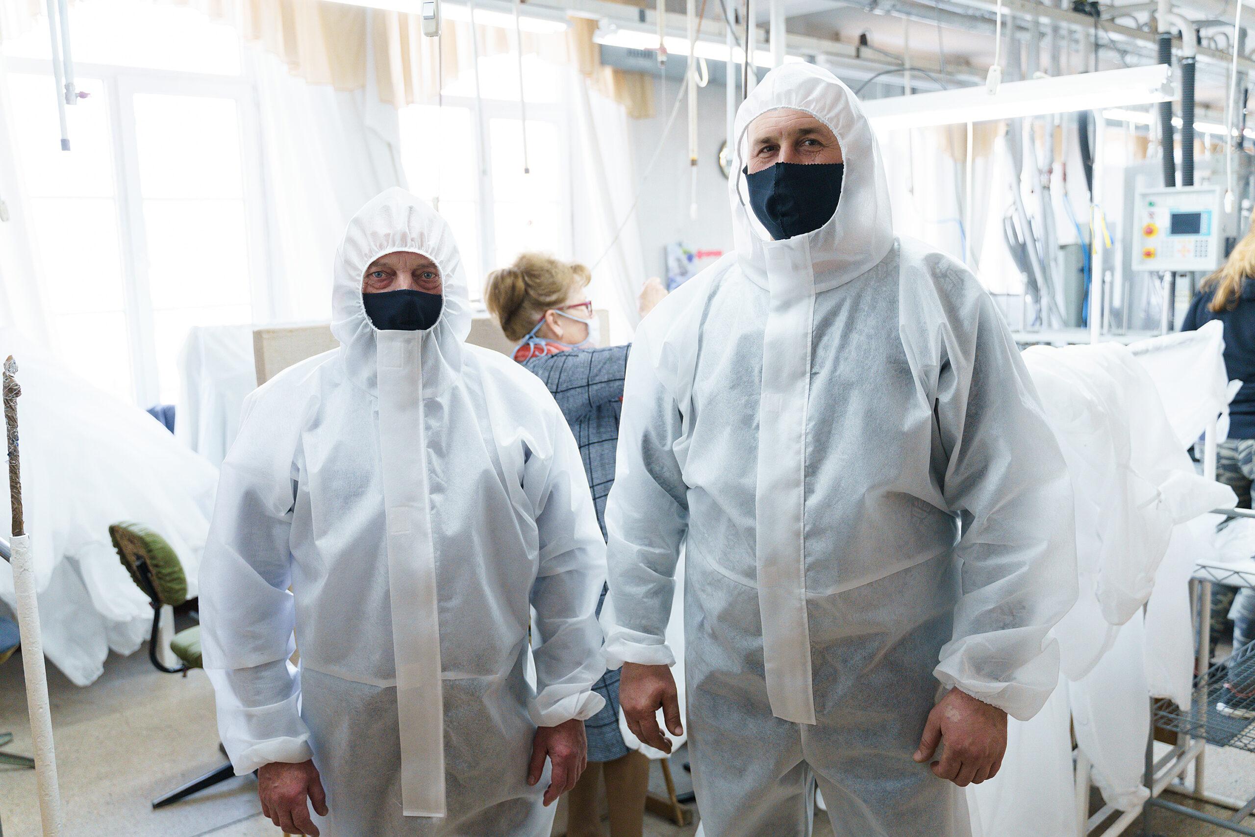 На двох вінницьких фабриках пошиють понад 17 тисяч захисних костюмів для медиків. ВІДЕО, фото-6