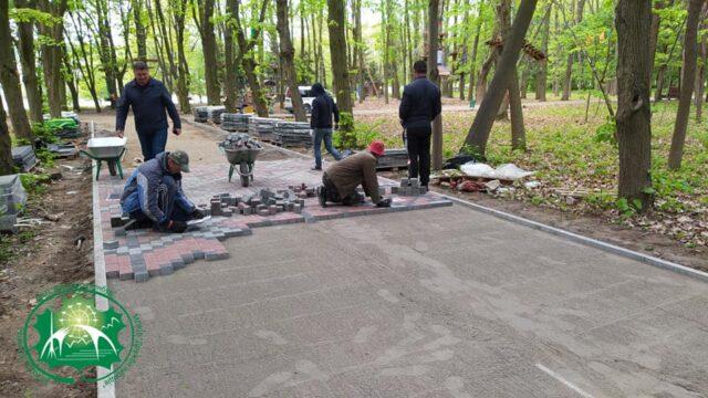 У парку Дружби народів облаштовують алею-«вишиванку». ФОТО