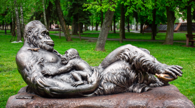 У центрі Вінниці з'явилася скульптура мавпи з мавпеням. ФОТО