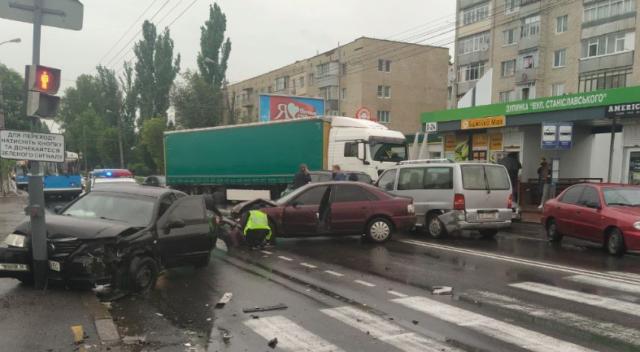 На вулиці Київській у Вінниці сталося ДТП за участі кількох авто. ФОТО