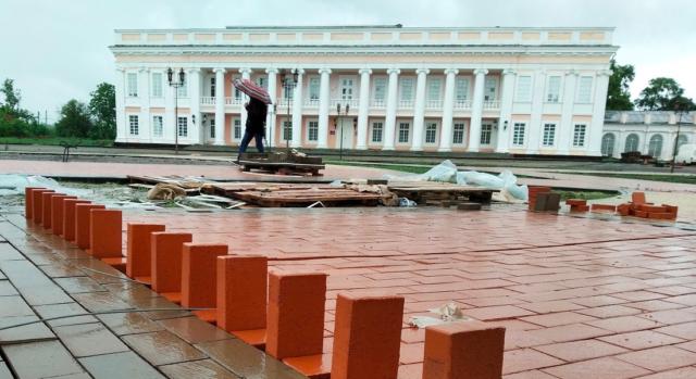 Площа перед палацом Потоцьких у Тульчині набуває нового вигляду. ФОТО