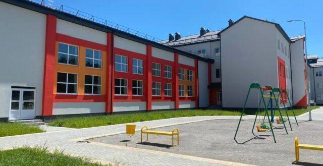 Нову гімназію на Поділлі наповнюють інвентарем та обладнанням, а також встановили відеоспостереження. ФОТО