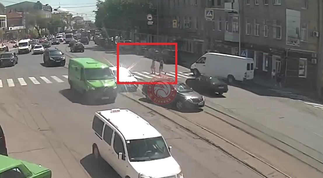 У Вінниці водій збив жінку на пішохідному переході: Ситуаційний центр оприлюднив відео