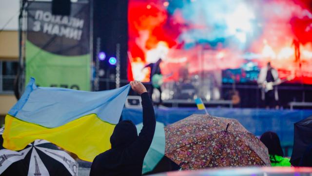 Клаксони як оплески та фари замість ліхтариків: БЕZ ОБМЕЖЕНЬ у Вінниці дав концерт на аеродромі. ФОТОРЕПОРТАЖ