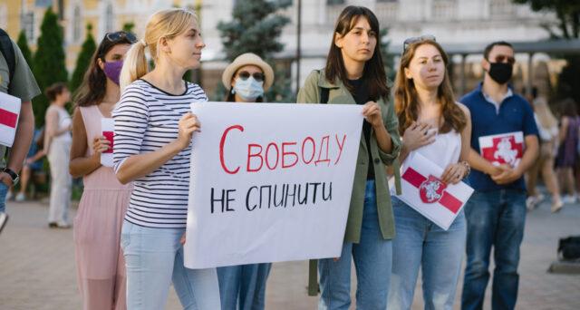 """""""Свободу не спинити"""": у Вінниці відбулась акція солідарності з білоруським народом. ФОТО"""