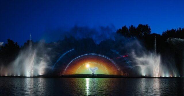 """Початок сезону: у Вінниці разом з Порошенком відновили роботу фонтану """"Roshen"""". ФОТОРЕПОРТАЖ"""