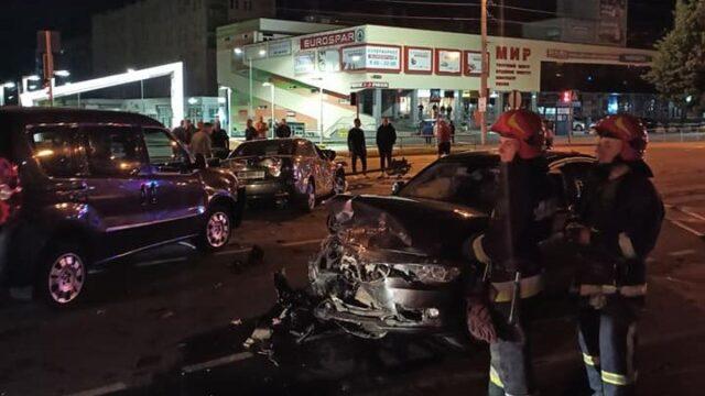 Три автівки, світлофор і пішоходи: вночі у Вінниці сталась ДТП з постраждалими. ФОТО