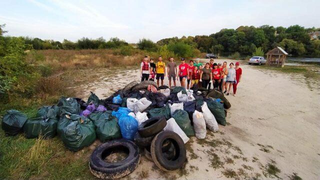 72 пакети сміття та покришки: у Вінниці прибирали річку Південний Буг. ФОТО