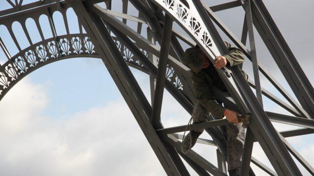"""У Вінниці встановлюють 22-метрову """"Ейфелеву вежу"""" з фонтаном. ФОТО"""