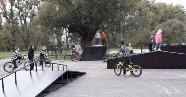 """Розгінні гірки, трамплін та """"фан-бокс"""": у Хмільнику на Вінниччині збудували скейт-парк. ФОТО"""