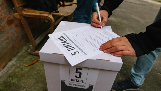 """""""Голосуй"""", скільки заманеться: як у Вінниці влаштували акцію """"5 питань від президента"""". ФОТОРЕПОРТАЖ"""