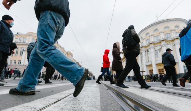 """Рух замкненим колом: як у Вінниці блокували дороги через """"карантин вихідного дня"""". ФОТОРЕПОРТАЖ"""
