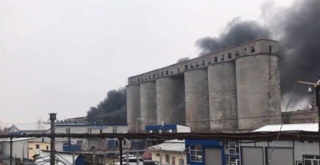 Небо в чорному димі: у Вінниці горіли шини всередині закинутої будівлі. ВІДЕО