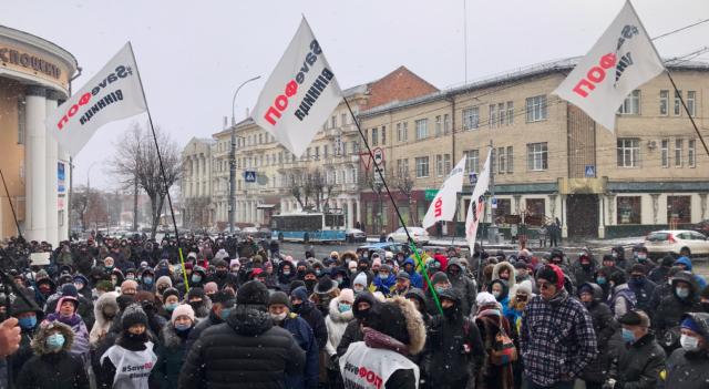"""""""Зеленський, приїжджай на вінницький базар!"""": під стінами ОДА зібралося кілька сотень ФОПів-протестувальників. ФОТО, ВІДЕО"""