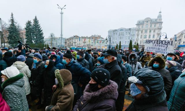 """""""Якщо не почують – дограються"""": у Вінниці пенсіонери знову мітингували проти тарифів на комуналку. ФОТО"""