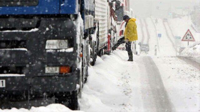Через негоду на кількох трасах Вінниччини обмежили рух транспорту