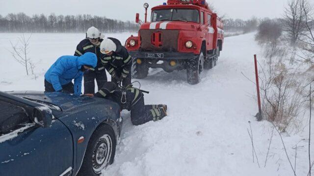 На Вінниччині рятувальники вивільнили зі снігових заметів близько 20 автомобілів. ФОТО