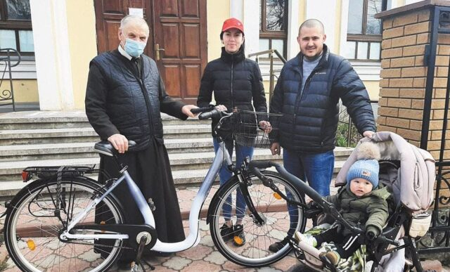 У Бару місцеві мешканці об'єднались, щоб придбати новий велосипед для священника