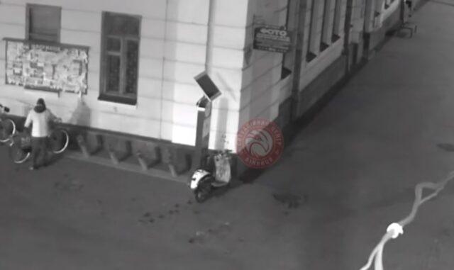 У Вінниці камери Ситуаційного центру зафіксували чоловіка, який перекинув лавку та бив велосипеди. ВІДЕО