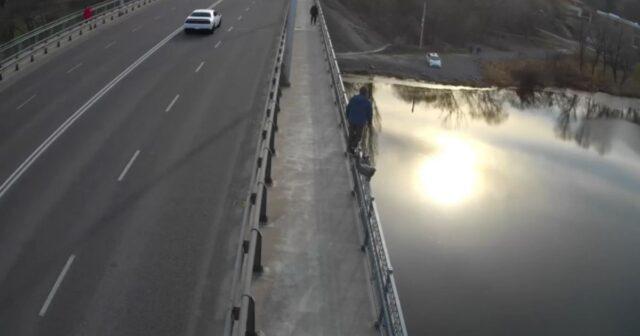 """""""Побився об заклад, що стрибне"""": у Вінниці чоловік хотів за 100 гривень стрибнути з мосту. ВІДЕО"""