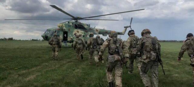 """""""Ліквідувати терористів"""": вінницька авіація показала навчання зі спецпризначенцями. ФОТО"""
