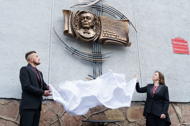 У Вінниці відкрили меморіальну дошку народному артисту України Віталію Газінському. ФОТО
