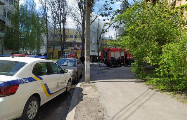У приміщеннях по вулиці Бевза, де була пожежа, виявили загиблу жінку. ФОТО