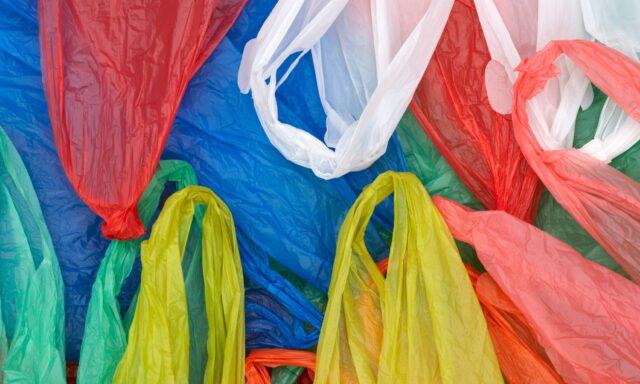 В Україні заборонять продавати пластикові пакети у магазинах, аптеках і закладах харчування