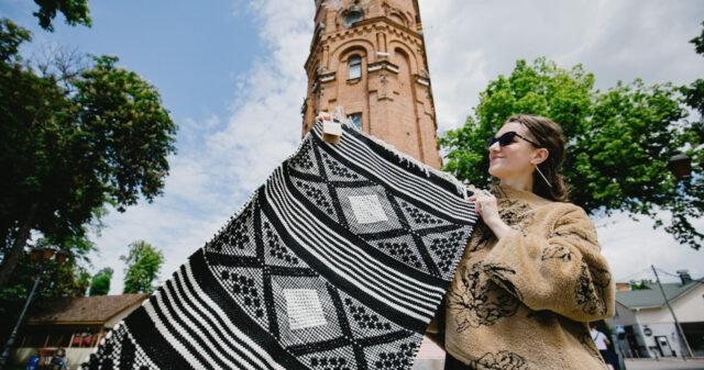 «Vereta» у Вінниці: у центрі міста вчили ткати килимки. ФОТОРЕПОРТАЖ