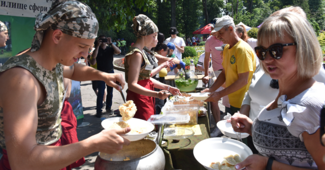 У Вінниці на Фестивалі польової кухні для військових зібрали понад 45 тисяч гривень. ФОТО