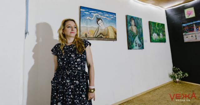 Будда з німбом, принцеса на горошині та кольорові лотоси: у Вінниці триває виставка вінницької художниці Наталі Соми. ФОТО