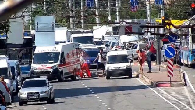 У Вінниці чоловік переходив дорогу у невстановленому місці, втратив свідомість і потрапив під колеса авто. ВІДЕО